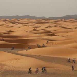 Participantes Titan Desert en las dunas